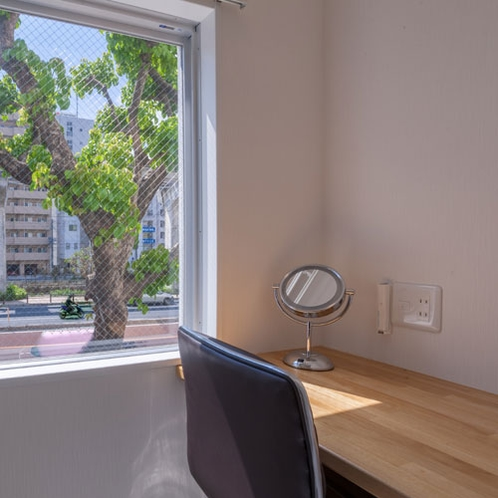 窓際のテーブル席(ダブル・ツイン)拡大鏡、コンセントあり
