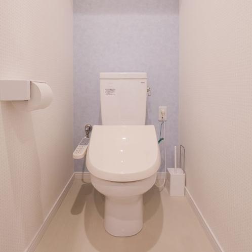 独立したトイレルームには温水洗浄便座付き