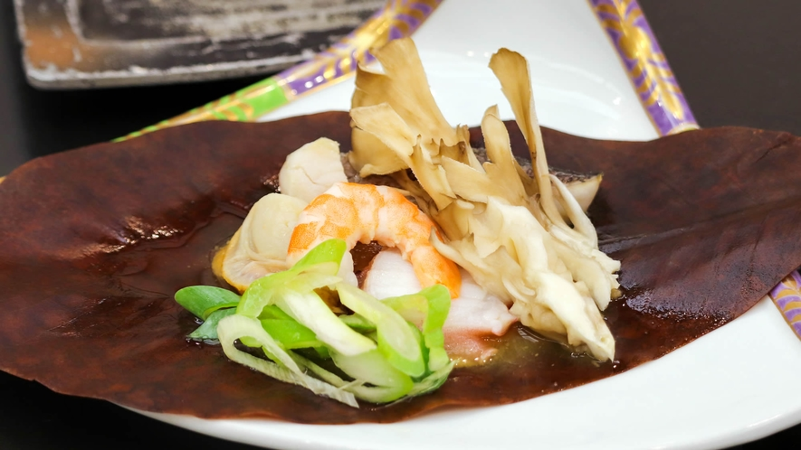 旬魚の海鮮味噌朴葉焼き
