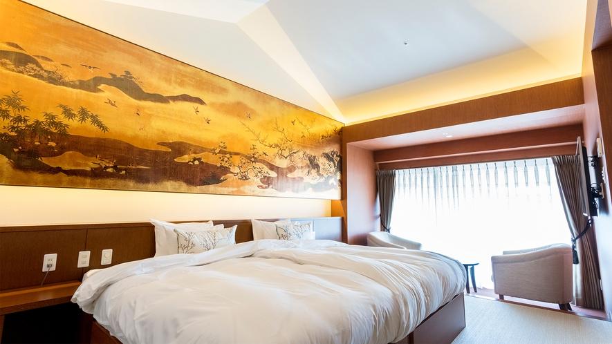 【ラグジュアリースイート】当館最上階のお部屋から広い窓越しに美しい森林を独占。