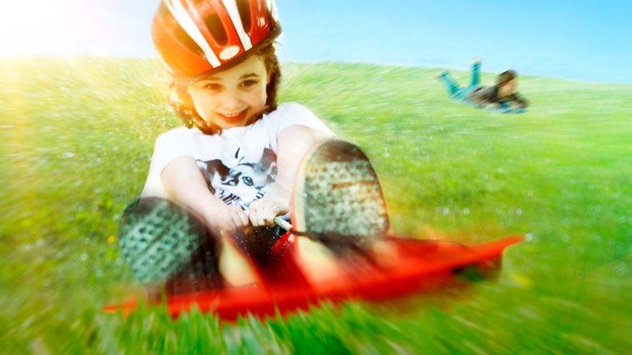 自然の起伏に恵まれた丘陵 を滑走するスライダー型「キャニオン・スライド」