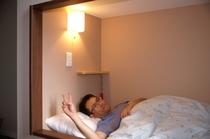 箱型「COCOON」寝台で、試し就寝中。なかなか、いい感じです。