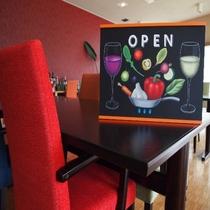 レストランはカラフルな家具で御楽しみ頂けます。