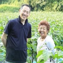 野菜の生産者の新倉さんと