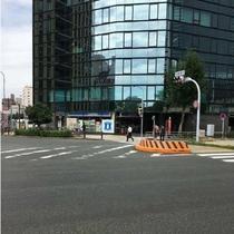 ⑥太閤通口の交差点を渡ったら、正面のローソンさんを右手にしながら道なりにお進みください。