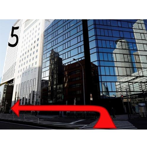 ⑤1つ目の信号交差点を渡り、左折し直進します。