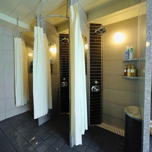 男性専用大浴場シャワー(2)
