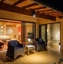 夜の客室テラスでは、満天の星空と静寂な時間を楽しむことができる