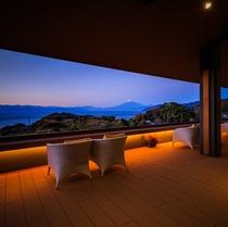 「結てらす」から眺める夕暮れ時の富士山