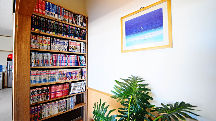 【本棚】食堂横には漫画コーナーがございます。ご自由にお読みください♪