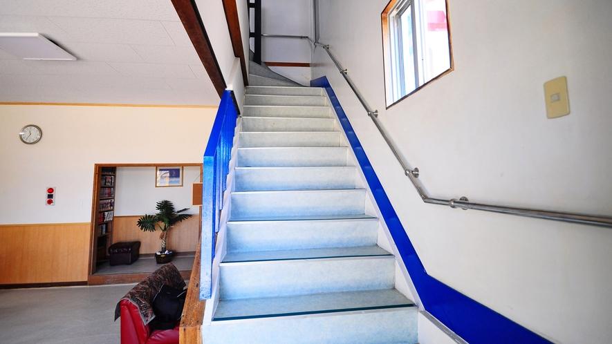 【階段】明るく手すりのある安心な階段です。