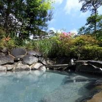 【露天風呂】のんびりと掛け流し天然温泉で旅の疲れを癒してください