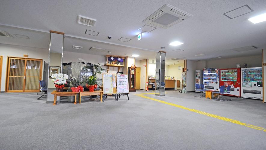 【ホール】フロント前の広々としたホール