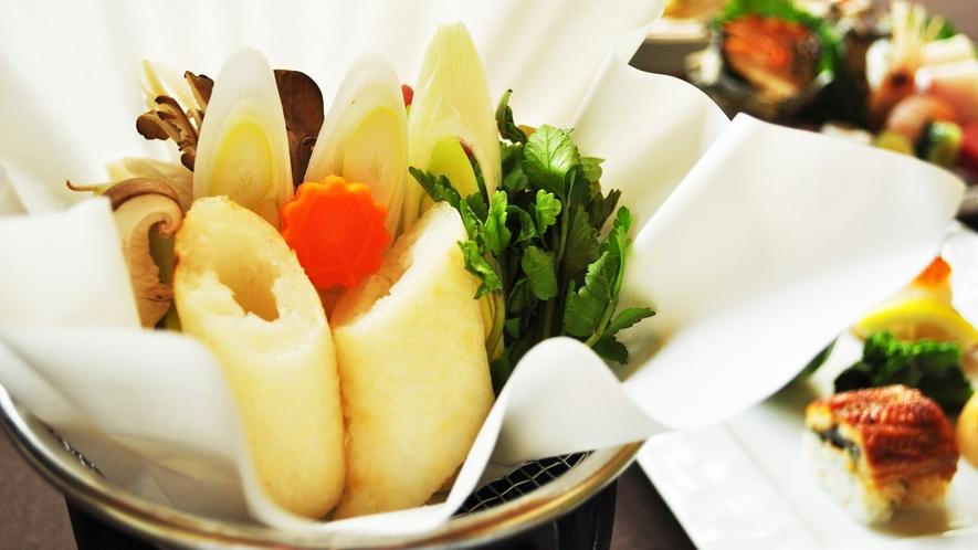 【夕食一例:よねしろプラン】アツアツのきりたんぽ鍋をお召しあがりいただけます。