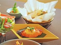 【ご夕食一例:くまげらプラン】春鱒の西京焼きと、秋田の代表的な郷土料理きりたん鍋。