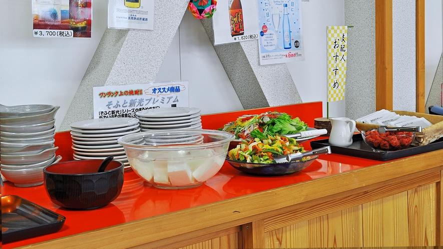 【ご朝食一例】名物のなめこのお味噌汁やサラダなどはバイキング形式でお好みの量をお召し上がりください。
