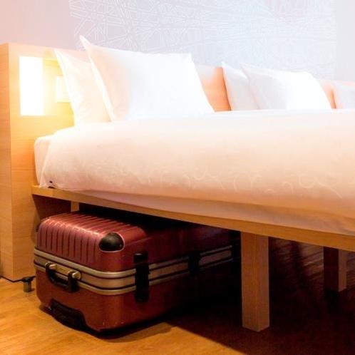 ベッド下のスペースが広く、スーツケースを楽々収納