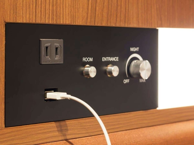 USBポートが枕元にございますので、寝ながら充電も可能!