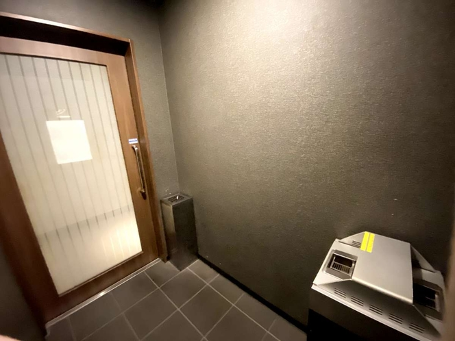 1階ロビーに喫煙室がございます。