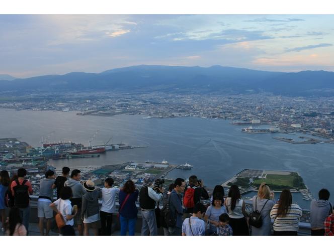 観光客でいっぱいの函館山