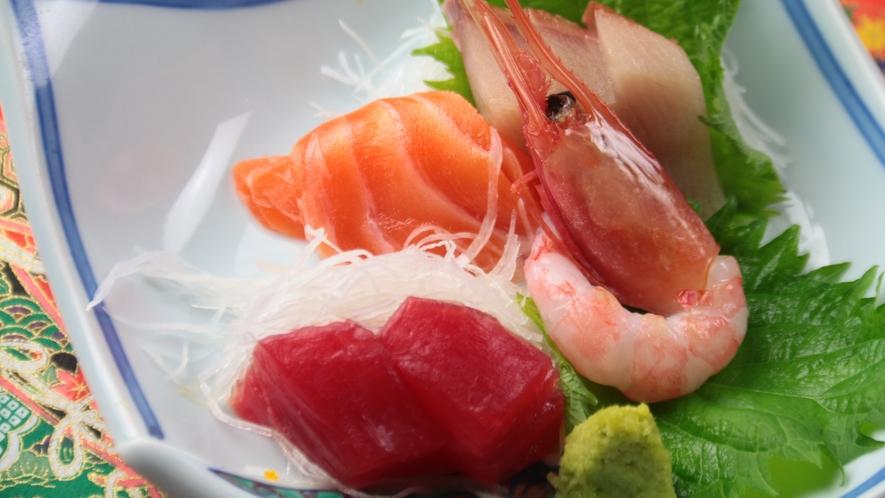 お夕食一例【お造り】生マグロ、ブリ、甘エビ、サーモン