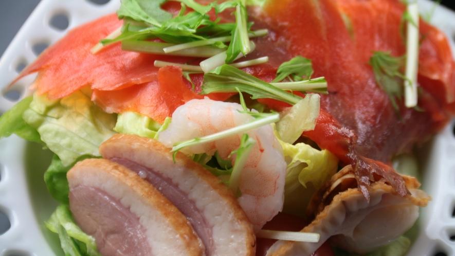 【前菜】合鴨スモークとサーモンのサラダ