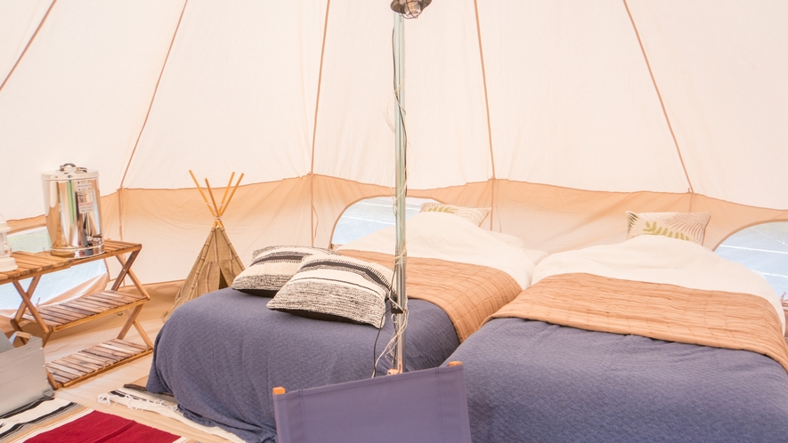 グランピング  テント内は、おしゃれで優しい色合いのインテリアです。