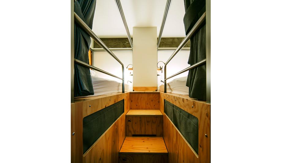 ドミトリー部屋ベッド階段