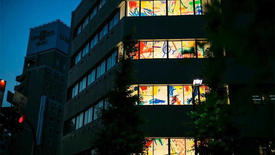 ホステル外観ライトアップ