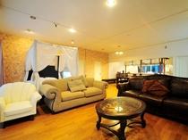 【共用リビング】高級ソファーや撮影用ベッドなどがあるオシャレなリビング