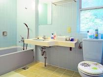 【洋室B】こちらの客室のみ浴室・トイレ・洗面台が備え付けです。