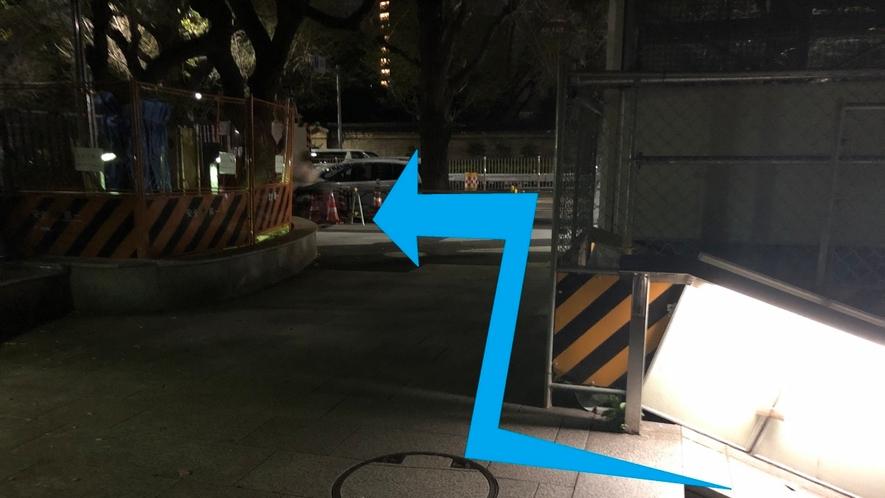 【道順④】階段を上りますと大通りに面しますので、左折し直進します。