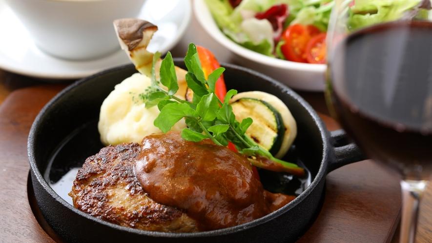 ■【夕食】宮城県産蔵王豚100%のハンバーグ
