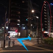 【道順⑤】交差点の右斜め向かいにFamily Martがございます。そちらの右奥に当館がございます。
