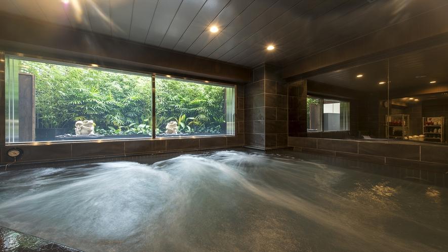 【朝の大浴場】朝の大浴場は木漏れ日が差し込む清々しい空間です