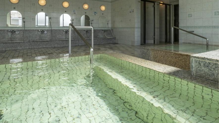 男性大浴場 放流循環併用式で浴槽の水面がキレイなんです。