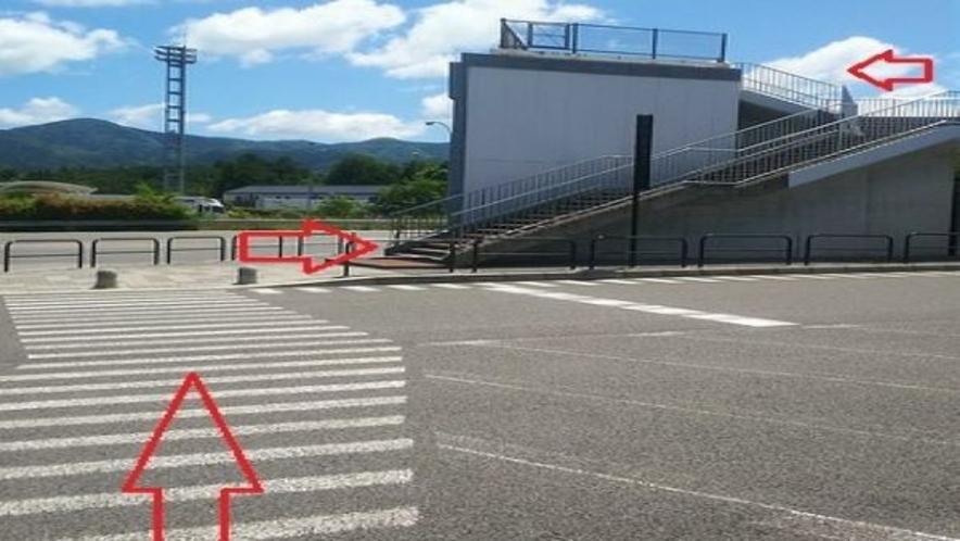 上り線駐車場からの歩道橋① 徒歩約5分
