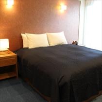 【森】ベッドルーム①クイーンサイズのふかふかベッドで旅疲れも吹き飛びます