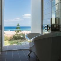 【バスルーム】海を眺めながらお寛ぎいただけます。