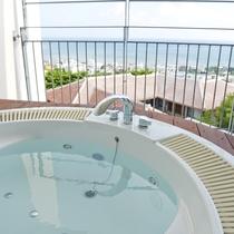 【ジャグジー】全客室のテラスに温水ジャグジーを完備しております。読谷の海を眺めながら贅沢なひと時を