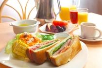 とある日の朝食 贅沢BLTサンドの古き良き軽井沢風モーニングプレート①