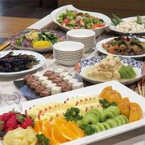 *夕食一例/季節の和食膳とともに各種おばんざい(お惣菜・サラダ、ご飯、味噌汁など)もご用意