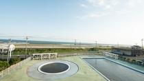 *お部屋からの眺望/全室オーシャンビュー♪7~8月は併設の市営プールが開放されます。