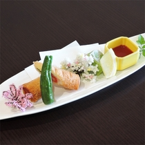 *夕食一例/大葉カニチーズのロール揚げ、うぐいすレンコン。(※内容は季節により異なります)