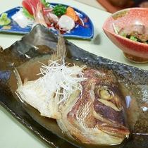 *夕食一例/近海産の鯛を使用した鯛の兜煮