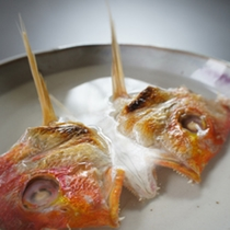*鯛の兜酒/贅沢な鯛のかぶと酒。鯛の風味が感じられます。