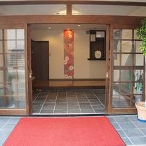 *玄関/海が見える玄関には、信楽焼きのたぬきが皆さまをお出迎えします。