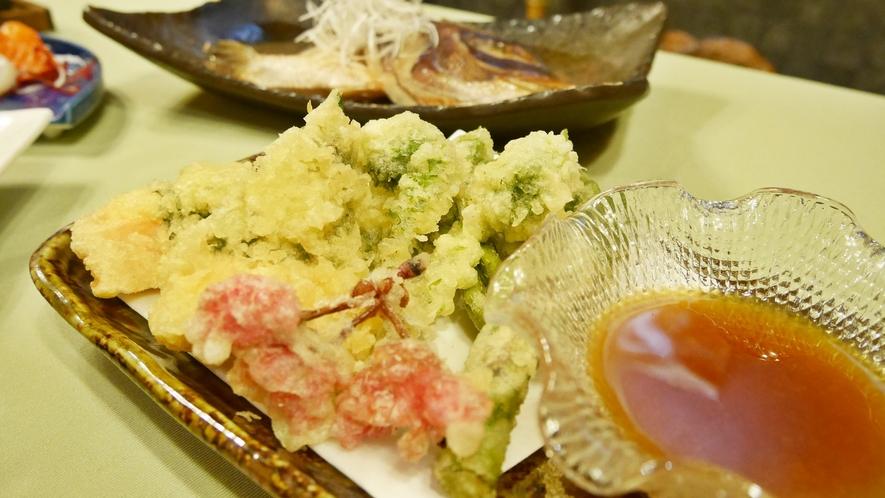 *夕食一例/鮭と山菜の桜揚げ。天ぷらには山菜などの山の幸も。