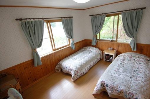 デラックスツインルームA。ワイドサイズベッドでゆったりステイ