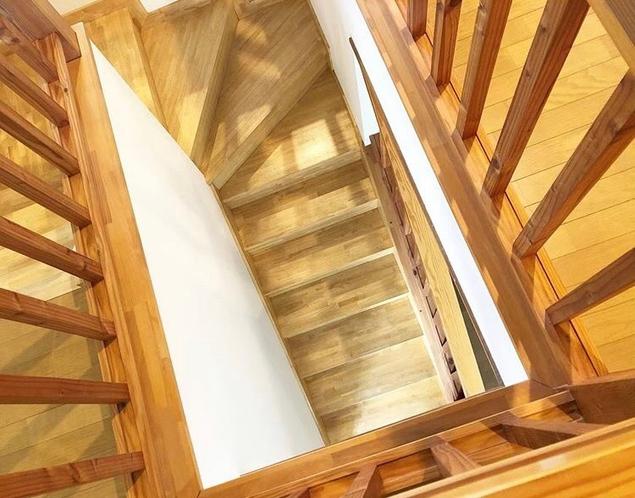 シンプルな2階建てで、木のぬくもりのあるペンションです。